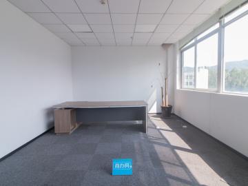 坂田国际中心 648平米 可备案精装 中层有隔间