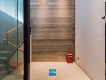 满京华SOHO藝峦 318平米 正电梯口装修好 高层钥匙在手写字楼出租